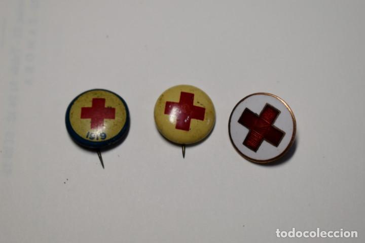 3 DISTINTIVOS DE PERTENENCIA A LA CRUZ ROJA DE ESTADOS UNIDOS.SEGUNDA GUERRA MUNDIAL. (Militar - I Guerra Mundial)