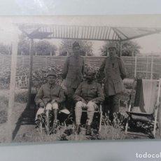 Militaria: POSTAL, OFICIALES Y AYUDANTES DESCAMSANDO, 22 DE JULIO DE 1916. Lote 295293498