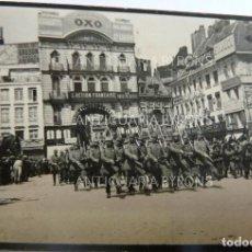 Militaria: FOTOGRAFÍA ORIGINAL. 1ª GUERRA MUNDIAL. LILLE. FRANCIA. DESFILE DE TROPAS ALEMANAS (6,5 X 4 CM). Lote 295358208