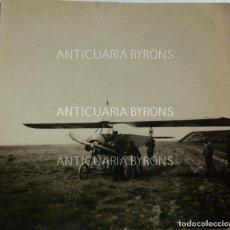 Militaria: FOTOGRAFÍA ORIGINAL. 1ª GUERRA MUNDIAL. SOLDADOS ALEMANES Y AVIÓN (5,5 X 5,5 CM). Lote 295360158