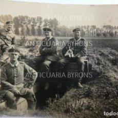Militaria: FOTOGRAFÍA ORIGINAL. 1ª GUERRA MUNDIAL. SOLDADOS ALEMANES EN LA TRINCHERA CON EL PERRO (8 X 5,5 CM). Lote 295360453