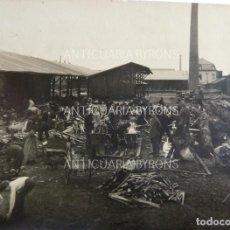 Militaria: FOTOGRAFÍA ORIGINAL. 1ª GUERRA MUNDIAL. GENTES RECOGIENDO MADERA. (11 X 8 CM). Lote 295361473