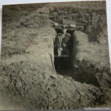 Militaria: FOTOGRAFÍA ORIGINAL. 1ª GUERRA MUNDIAL. TRINCHERA Y OFICIAL ALEMÁN (5,5 X 5,5 CM). Lote 295510983