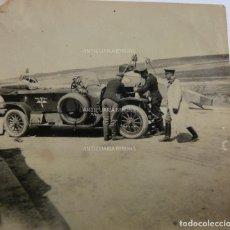 Militaria: FOTOGRAFÍA ORIGINAL. 1ª GUERRA MUNDIAL. REPARANDO EL COCHE DE UN OFICIAL ALEMÁN (5,5 X 5,5 CM). Lote 295511163