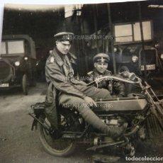 Militaria: FOTOGRAFÍA ORIGINAL. 1ª GUERRA MUNDIAL. OFICIALES ALEMANES Y MOTOCICLETA (5,5 X 5,5 CM). Lote 295513143