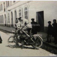 Militaria: FOTOGRAFÍA ORIGINAL. 1ª GUERRA MUNDIAL. SOLDADO ALEMÁN Y MOTOCICLETA (5,5 X 4 CM). Lote 295513488