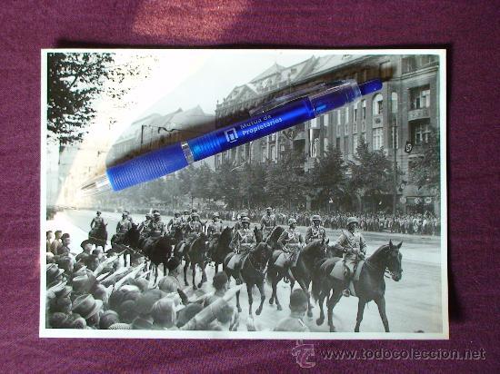 FOTOGRAFIA ORIGINAL DE EPOCA DE UN DESFILE DE LA CABALLERIA DE LA WEHRMACHT EN BERLIN EN EL AÑO 1938 (Militar - II Guerra Mundial)