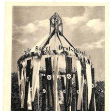 Militaria: POSTAL NAZI CON CON ESVÁSTICAS EN UN MONUMENTO - SIN CIRCULAR - ORIGINAL DE ÉPOCA - BUEN ESTADO. Lote 158688654