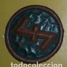 Militaria: INSIGNIAS III REICH. WHW. INSIGNIA RUNA WOLFANGEL. EN CUERO, ORIGINAL. Lote 171680752