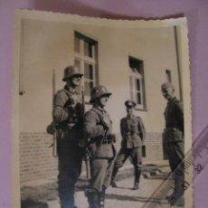 Militaria: FOTO DE MILITARES ALEMANES. II GUERRA MUNDIAL. ORIGINAL. 1940. 14X9 CM.. Lote 179334307
