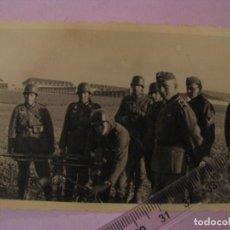 Militaria: FOTO DE MILITARES ALEMANES. MG-42. II GUERRA MUNDIAL. ORIGINAL. 10X7 CM.. Lote 179334542