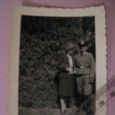 Militaria: FOTOGRAFÍA. ALEMANIA. OFICIAL, PAREJA. TERCER REICH. 10X7 CM. ORIGINAL. PHOTO WELK, HEILBRONN.. Lote 179335245