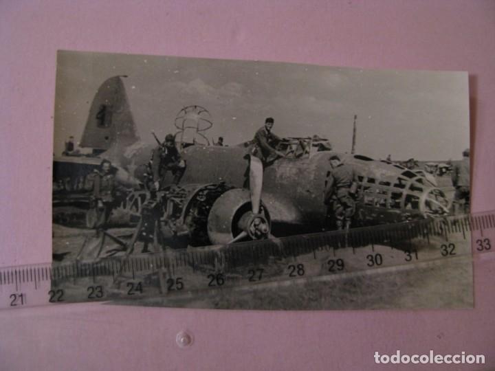 FOTO DE MILITARES ALEMANES CON BOMBARDERO RUSO IL-4 DERRIBADO. II GUERRA MUNDIAL. ORIGINAL. (Militar - II Guerra Mundial)