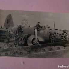 Militaria: FOTO DE MILITARES ALEMANES CON BOMBARDERO RUSO IL-4 DERRIBADO. II GUERRA MUNDIAL. ORIGINAL.. Lote 179335520