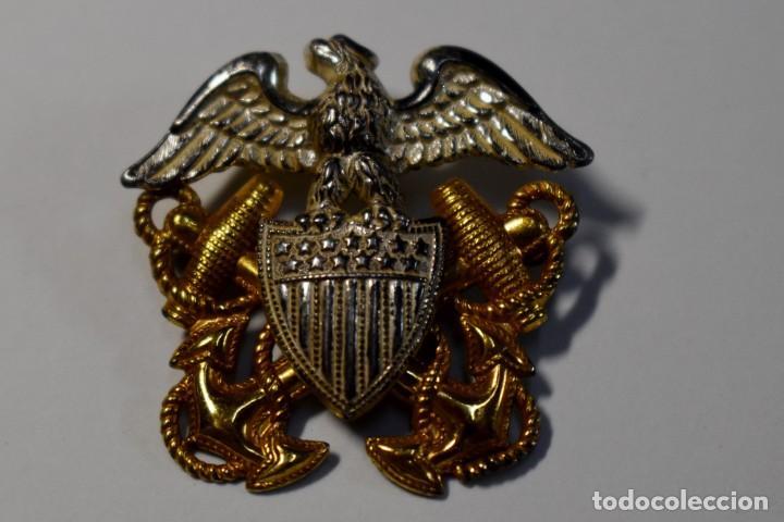INSIGNIA DE PLATA MACIZA Y ORO PARA GORRA DE OFICIAL DE LA MARINA U.S.A. 2ª GUERRA MUNDIAL. (Militar - II Guerra Mundial)
