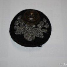 Militaria: COCARDA DE GORRA DE OFICIAL DE FERROCARRILES JUNIOR DE JAPON.SEGUNDA GUERRA MUNDIAL. Lote 195306480