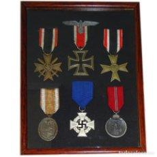 Militaria: CUADRO 6 MEDALLAS III REICH Y UNA INSIGNIA DE GORRA DE LA WEHRMACHT. NAZI. 100 % ORIGINALES.. Lote 201245500