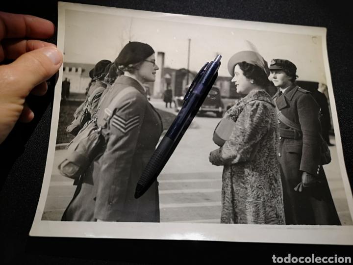 FOTOGRAFÍA DE PRENSA ORIGINAL REINA ISABEL DE INGLATERRA (Militar - II Guerra Mundial)