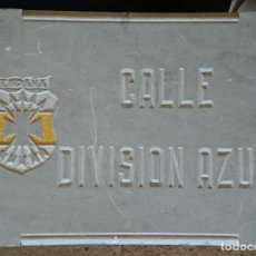 Militaria: PLACA CALLE DIVISION AZUL - PIEDRA - GRAN FORMATO - LETRAS Y ESCUDO TALLADO. Lote 275346468