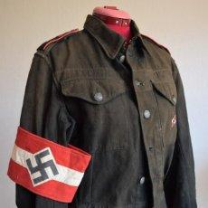 Militaria: CAMISA ORIGINAL NAZI JUVENTUDES HITLERIANAS CON ETIQUETA Y HOMBRERAS + BRAZALETE Y ZURRÓN PANERA. Lote 247704365