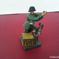 Militaria: MASSESOLDATEN DE ELASTOLIN. SOLDADITO CON PALOMAS MENSAJERAS. ALEMANIA 1934-1940.. Lote 252639270