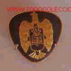 Militaria: INSIGNIA DE OJAL, ÁGUILA DORADA CON YUGO Y FLECHAS SOBRE FONDO NEGRO. Lote 9394610