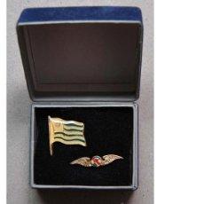 Militaria: CAJA CON PINS DE LA BANDERA Y FUERZA AEREA DE URUGUAY (CON ESTUCHE). Lote 32817243