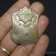 Militaria: ANTIGUA PLACA DE POLICIA DE BARCELONA, NUMERADA 705. Lote 45370658