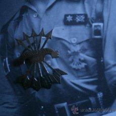 Militaria: BROCHE FALANGE. MODELO ARTESANAL GUERRA CIVIL. Lote 35037216