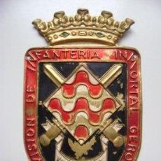 Militaria: EMBLEMA DE LATON GRANDE DE BRAZO , INFANTERIA GERONA . Lote 36025146