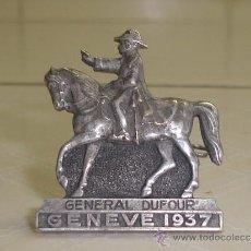 Militaria: BROCHE CONMEMORATIVO SUIZO DE 1937 CON RETRATO ECUESTRE DEL GENERAL DUFOUR. Lote 38801162
