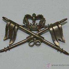 Militaria: ANTIGUO DISTINTIVO EN PLATA DE CABALLERIA EPOCA DE ALFONSO XII, PARA CUBRE CABEZAS, CON SISTEMA DE I. Lote 39837936