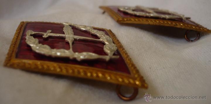 Militaria: Pareja de Rombos rojos de Oficinas Militares tipo grapa. Rombo Insignia de cuello metálico - Foto 2 - 40912676