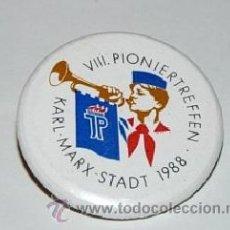Militaria: INSIGNIA DEL VIII PIONIERTREFFEN KARL MARX STADT 1988. Lote 44745557