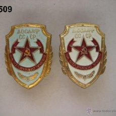 Militaria: LOTE DE 2 INSIGNIA S PARAMILITARES SOVIÉTICA S (DOSAAF). UNA AZUL Y OTRA BLANCA. ENVÍO GRATUITO. . Lote 47097805
