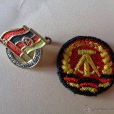 Militaria: 2 INSIGNIAS DE ALEMAN - DDR, 100 % ORIGINAL DE LA EPOCA. Lote 138535358