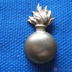 Militaria: INSIGNIA CON BOMBA DE ARTILLERIA - POSIBLEMENTE DE CUELLO. Lote 52393885