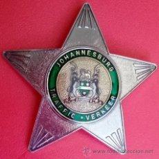 Militaria: INSIGNIA PLACA DE POLICIA DE TRAFICO DE JOHANNESBURGO TRAFFIC VERKEER. Lote 52850465