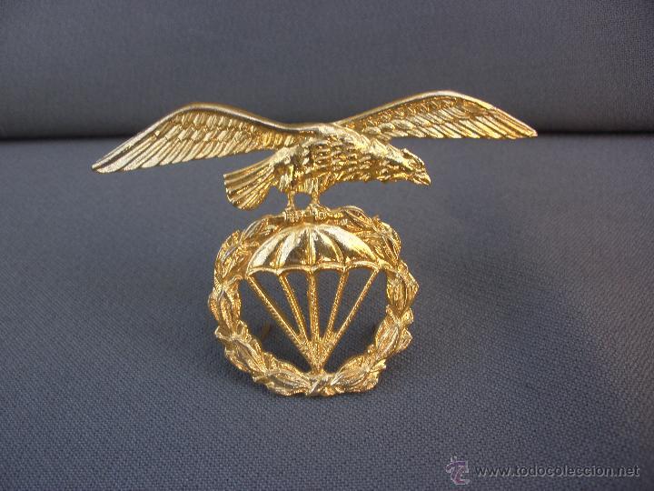 MAGNÍFICA INSIGNIA MILITAR EN METAL DORADO EMBLEMA BRIGADA PARACAIDISTA BOINA (Militar - Insignias Militares Españolas y Pins)