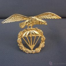 Militaria: MAGNÍFICA INSIGNIA MILITAR EN METAL DORADO EMBLEMA BRIGADA PARACAIDISTA BOINA. Lote 53459013