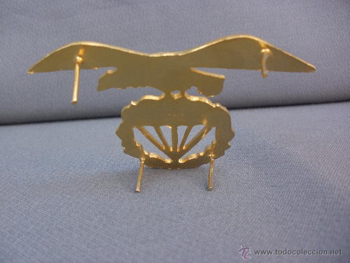 Militaria: MAGNÍFICA INSIGNIA MILITAR EN METAL DORADO EMBLEMA BRIGADA PARACAIDISTA BOINA - Foto 2 - 53459013