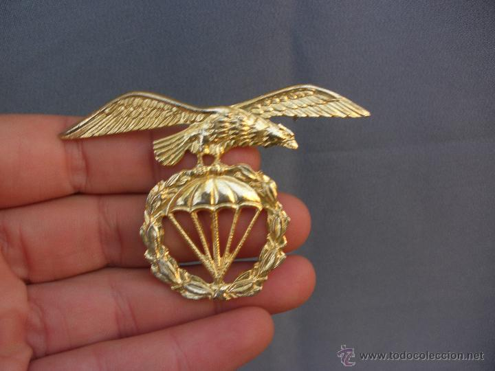 Militaria: MAGNÍFICA INSIGNIA MILITAR EN METAL DORADO EMBLEMA BRIGADA PARACAIDISTA BOINA - Foto 3 - 53459013