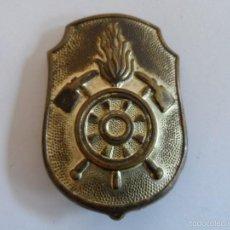 Militaria: INSIGNIA DE GORRA BOMBERO .ALEMANIA,CON MARCAJE ,AÑO 1950. Lote 55886921