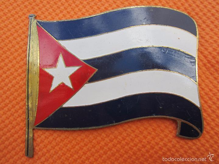 INSIGNIA METALICA , REPUBLICA DE CUBA ,BANDERA , PARECE ES DE COCHE DE COCHE (Militar - Insignias Militares Extranjeras y Pins)
