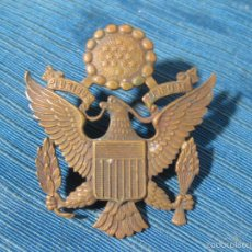 Militaria: CHAPA O EMBLEMA DE GORRA DE PLATO AMERICANA DE LA SEGUNDA GUERRA MUNDIAL. Lote 57356699