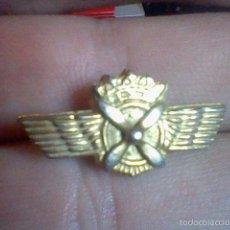 Militaria: INSIGNIA GORRO O SIMILAR METALICA AVIACION ALAS ASPAS BAJO CORONA. Lote 61299547