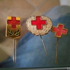 Militaria: LOTE DE 3 INSIGNIAS DE SOLAPA CON ALFILER DE LA CRUZ ROJA. Lote 61885912