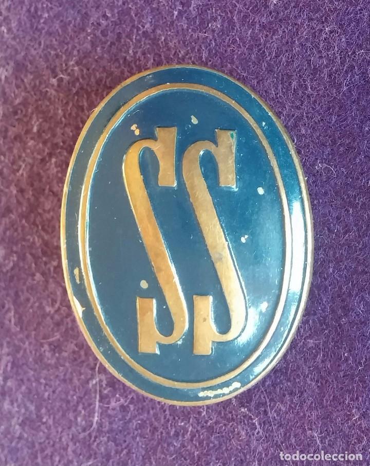 ANTIGUA INSIGNIA DEL SERVICIO SOCIAL. SS. ESMALTE AZUL. AÑOS 40. (Militar - Insignias Militares Españolas y Pins)