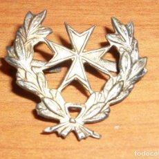 Militaria: INSIGNIA DE SANIDAD, AÑOS 40. CON SUS ENGANCHES TRASEROS ORIGINALES. Lote 90308343