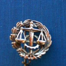 Militaria: EMBLEMA ADMINISTRACIÓN DE JUSTICIA PLATA DORADA. Lote 71488358